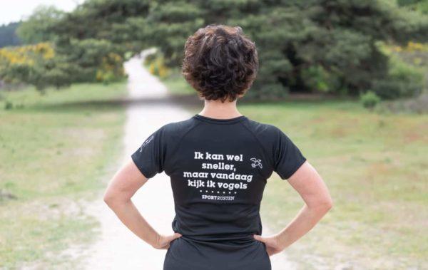 Sportrusten shirt: Ik kan wel sneller, maar vandaag kijk ik vogels - damesmodel - achterkant